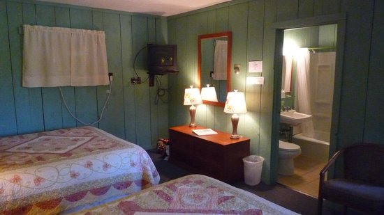 Motel in the Meadow: our room; the butterfly room