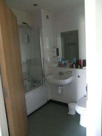 Unison Croyde Bay Holiday Resort: bathroom (lights are very dim to start with)