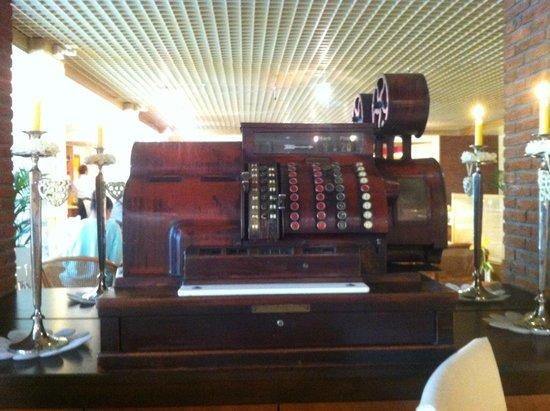 City Hotel Ost am Kö: В ресторане, где завтрак, забавный интерьер: большая старинная касса