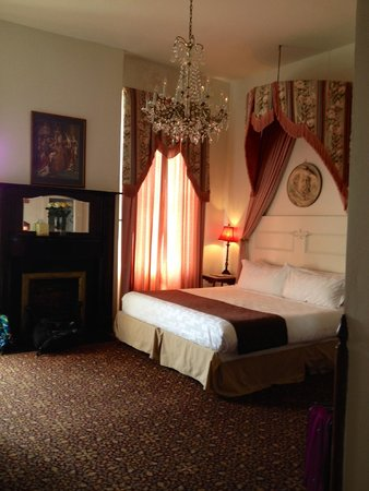 Lafitte Guest House: chandelier!