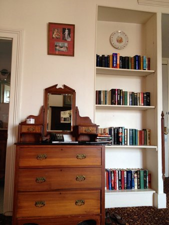 Lafitte Guest House: Bookcase in room