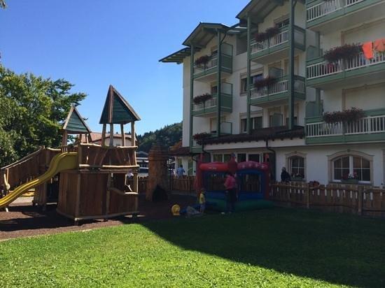 Alpino Family Hotel: parco giochi dell'albergo e facciata laterale