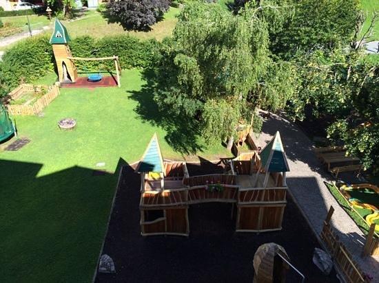 """Alpino Family Hotel: parco giochi dell'albergo dal balcone camera """"mammolo"""""""