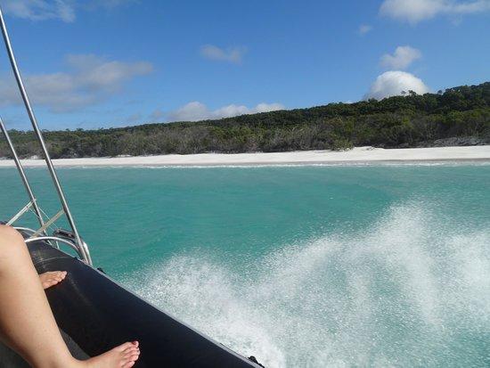 Cruise Whitsundays: Short boat ride along the beach