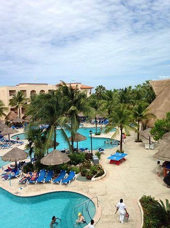 Sandos Playacar Beach Resort : Main Pool: view from our balcony one morning