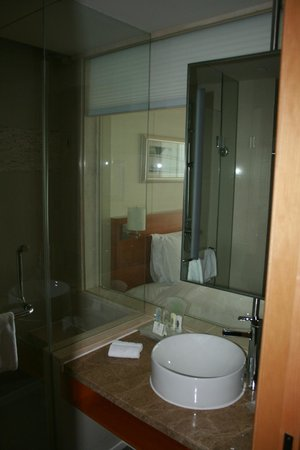 Holiday Inn Shanghai Pudong Kangqiao: The bath room has a glass wall to the roem
