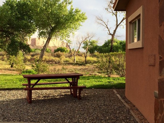Kokopelli Inn : Outside reception area. Note the bluff in the background.