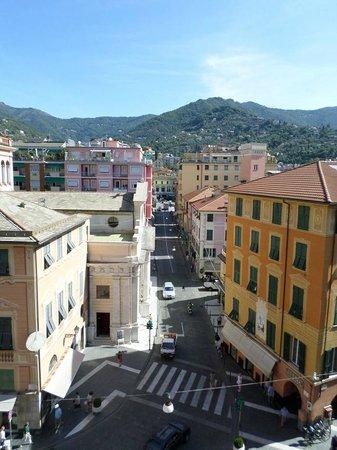 Albergo la Piazzetta: panorama dalla sala colazione-pranzo. In fondo stazione FS