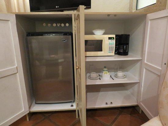 Casa Quetzal Hotel: armário com frigobar e cafeteira