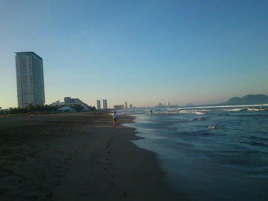 Hotel Riu Emerald Bay: Mar algo picado, pero linda playa.