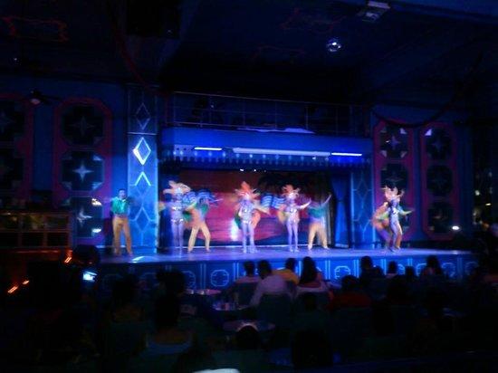 Hotel Riu Emerald Bay: rifados los bailarines y muy guapas las bailarinas.
