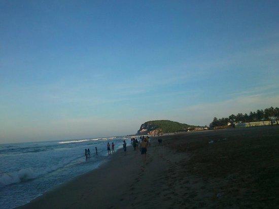 Hotel Riu Emerald Bay : Al fondo en esa punta hay un pequeño mercado.