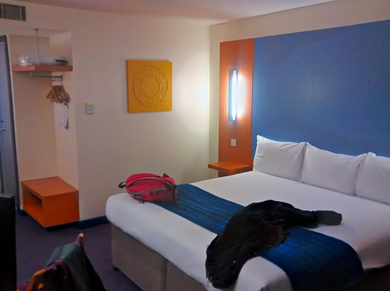 Ramada London North M1: Hotel room