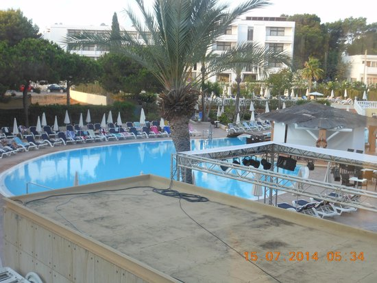 AluaSoul Ibiza: early sunbeds taken