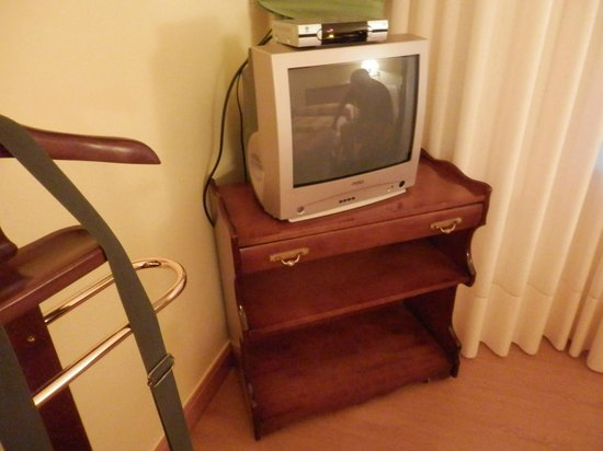 Hotel Restaurante Valentin: tv y muebles con 40 años