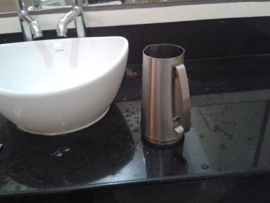 Hotel Sapphire Grand: A jug of hot water to bathe