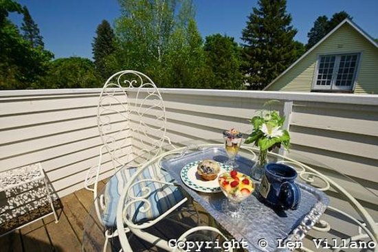 The Black Walnut Guest House: Breakfast on Cottage room porch