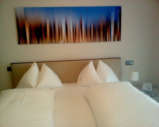 Hotel Wolf-Dietrich : Linked single beds, feather pillows, separate duvets, comfortable.