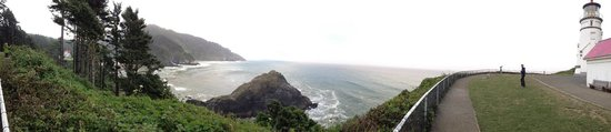 Heceta Head Lighthouse Bed and Breakfast: Panoramic from Lighthouse to B&B!
