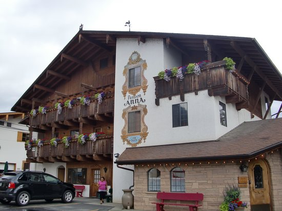 Hotel Pension Anna : A view of the exterior.