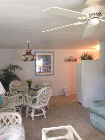 Tropical Winds Motel & Cottages: Grande pièce a vivre avec coin cuisine largement équipée