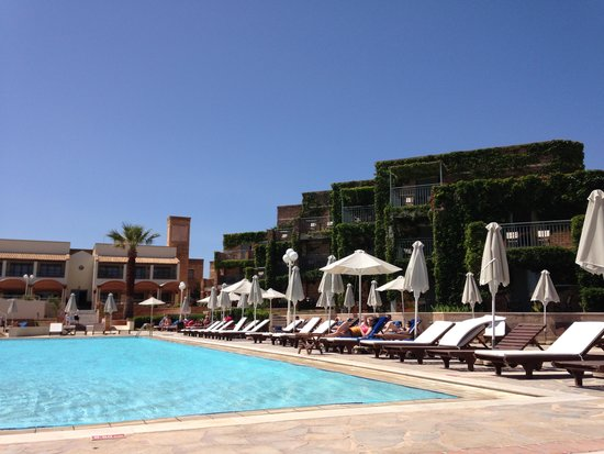 Bella Beach Hotel : superbe piscine mais en mai on n a pas pu se baigner quel domnage