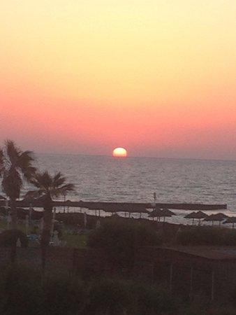 Bella Beach Hotel : coucher de soleil de la chambre