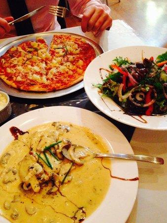 Bella Tiarnie Italian Restaurant & Gourmet Pizzas: Veal with mushrooms & Hawaiian pizza