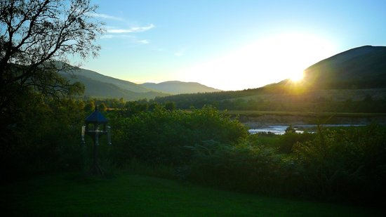 Garadh Buidhe Bed and Breakfast: Garden looking onto River Lochy