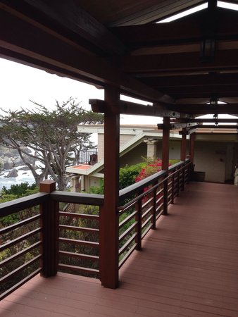 Tickle Pink Inn: Walkway to the suites