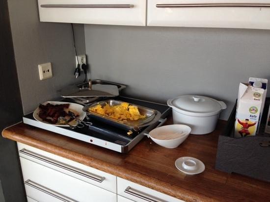 Henningsvaer Bryggehotell: Frokostbuffeet mef svidd bacon