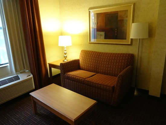 Comfort Suites Winston Salem/ Hanes Mall: The sitting area.