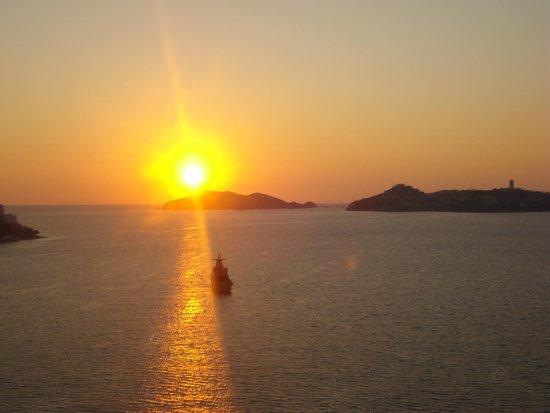 Grand Hotel Acapulco: Preciosa Puesta de sol vista desde el balcón de la habitación