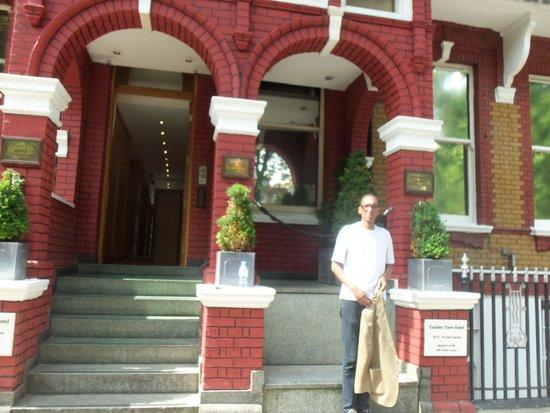 Garden View Hotel: Em frente ao hotel