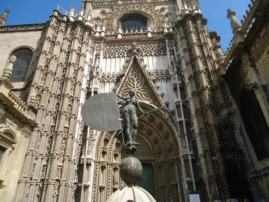 Seville Cathedral (Catedral de Sevilla): Estilo gótico renacentista, muy trabajado.
