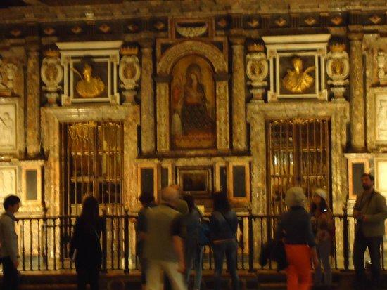 Seville Cathedral: Uno de los altares con pinturas del romanaaticismo.