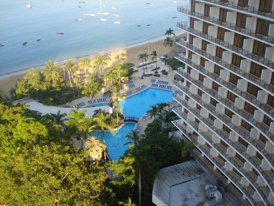 Grand Hotel Acapulco: Vista de la piscina y playa desde la habitación.
