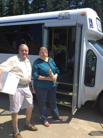 Cheers Cowichan Tours: happy customers boarding Cheers bus with purchasesd