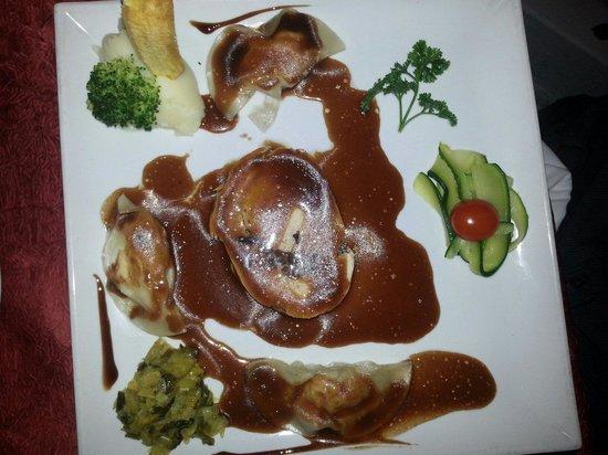 La Villa Restaurant: Chicken stuffed with mushrooms