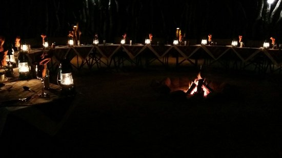 Nkorho Bush Lodge: Dinner around the bonfire