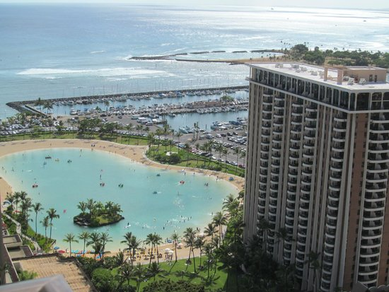 Hilton Hawaiian Village Waikiki Beach Resort : This was our view looking to the left.