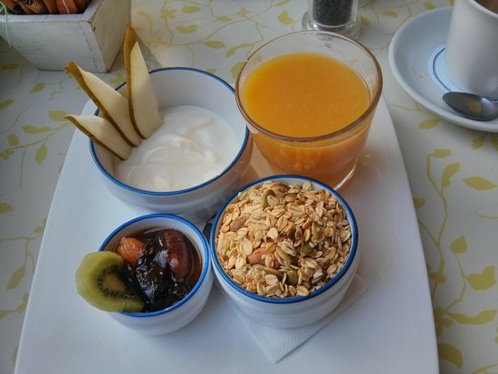 Picnic Cafe : Breakfast Granola with fresh juice