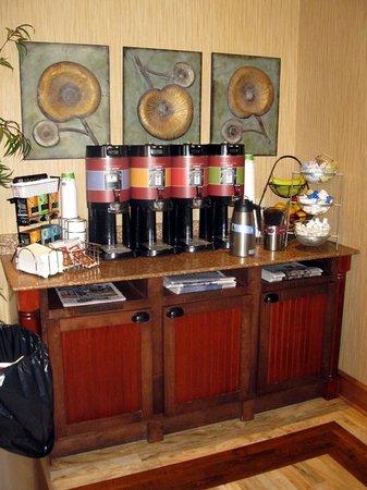 Hampton Inn & Suites by Hilton Moncton : Coffee & Tea Area - Hampton Inn Moncton