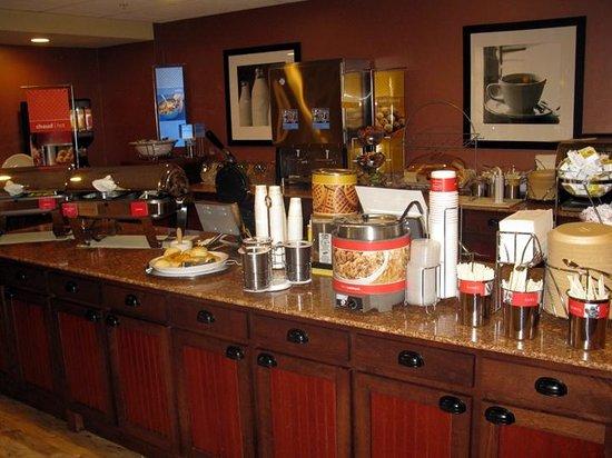 Hampton Inn & Suites by Hilton Moncton : Breakfast Area - Hampton Inn Moncton
