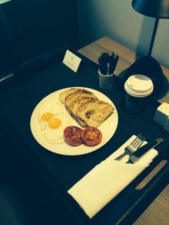 Rydges Sydney Airport Hotel: Damien Auksorius room service at rydges hotel