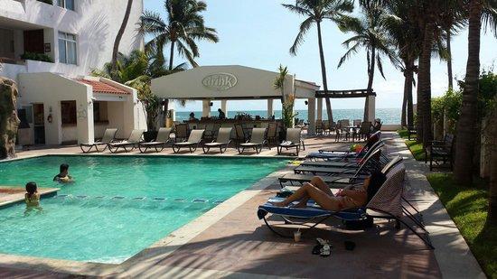 Best Western Hotel Posada Freeman Zona Dorada : Alberca y bar del hotel.