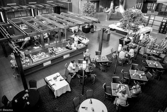 Delta Calgary South Hotel: Atrium Lobby