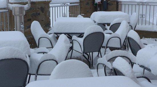Rifugio Garibaldi: Accumulated snow on the hotel patio