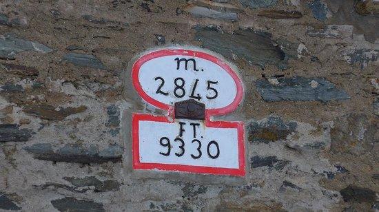 Rifugio Garibaldi: Signs on the hotel, showing the elevation