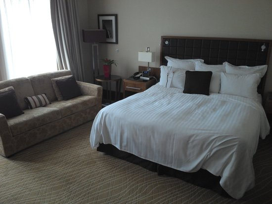 Leeds Marriott Hotel: Bed and Sofa in the Executive Room